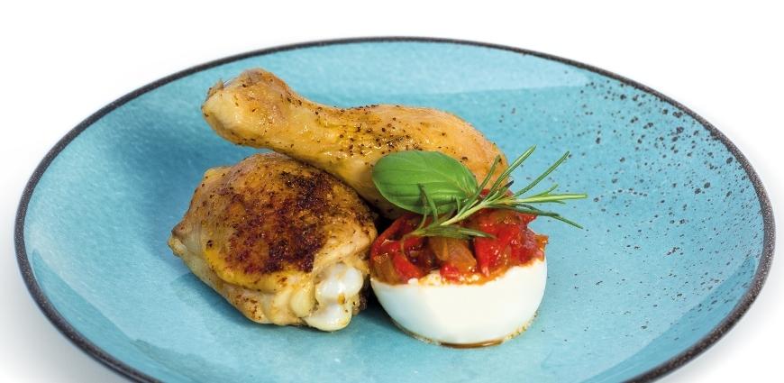 Cuisses de poulet rôties au piment et burrata farcie aux condiments basques