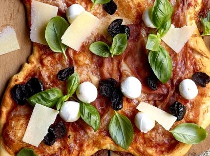 Pizza au jambon cru, à la mozzarella et au basilic