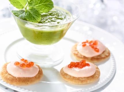Emulsion de petits pois à la menthe et blinis à la crème de saumon fume