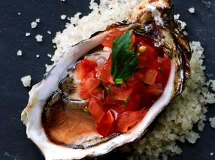 Huîtres à la sauce tomate piquante