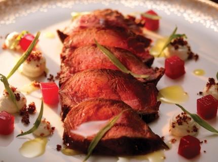 Tagliata de renne et poires au vin, crumble au lard et fromage de chèvre