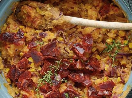 Stoemp de patates douces au maïs, oignons rouges et chorizo