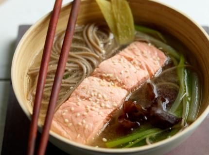 Soupe aux nouilles soba et au saumon