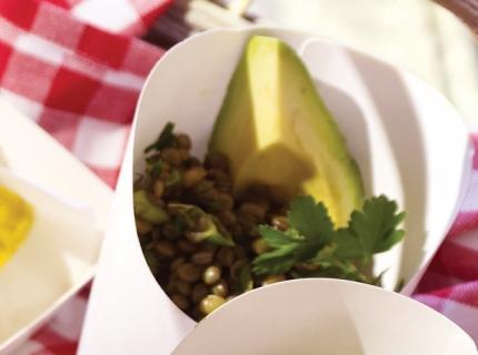 Salade de lentilles vertes à la menthe fraîche et à l'avocat pauvre en sel