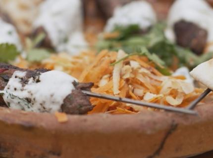 Kebab d'agneau et sa salade de carottes, dips à la menthe