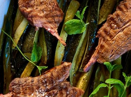 Côtes d'agneau et poêlée de courgettes à la menthe fraîche et Pastis