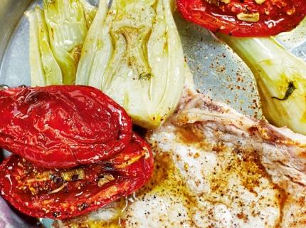 Côtes de veau, fenouil braisé au pastis et demi-tomates confites