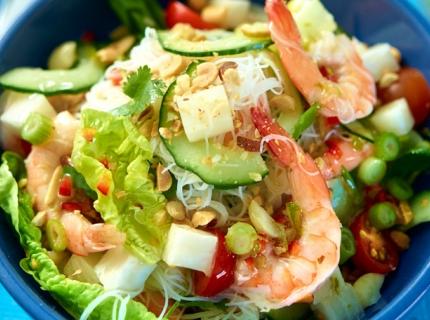 Salade de crevettes roses assaisonnée à la vinaigrette au citron vert