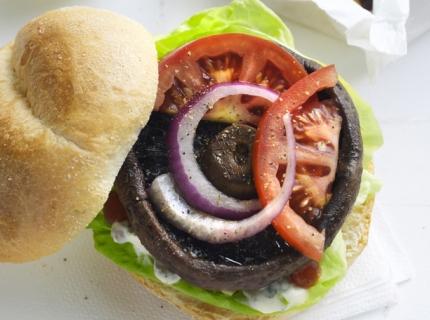 Burgers de portobello avec frites de légumes et sauce tartare