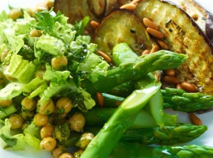Aubergines grillées accompagnées d'asperges vertes et de pois chiches