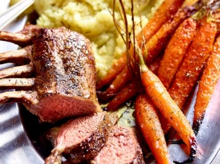 Couronne d'agneau et carottes rôties, purée au thym et à l'huile d'olive
