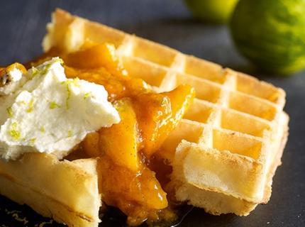 Gaufre de Bruxelles, compotée d'abricots et romarin, crème de mascarpone au citron vert