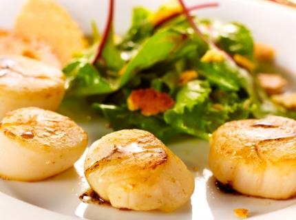 Saint-Jacques poêlées au vinaigre balsamique et salade aux chips de parmesan