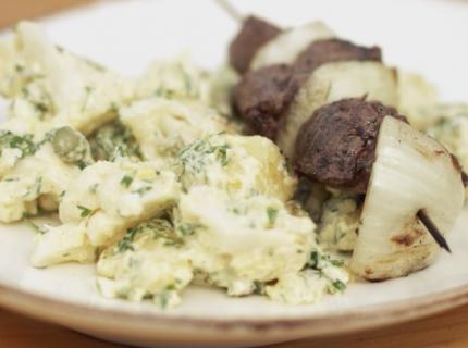 Brochette de bœuf et salade de pommes de terre et chou-fleur