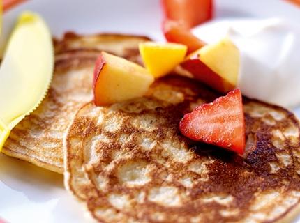 Pancakes aux fruits et yaourt grec au sirop d'érable