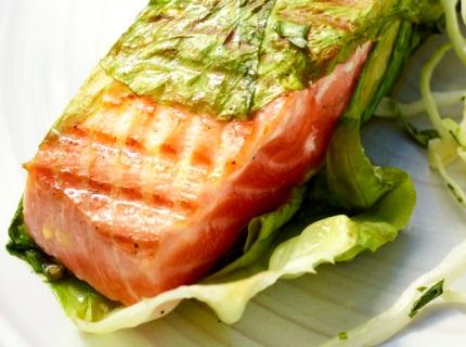 Saumon dans un habit de salade et salade de chou