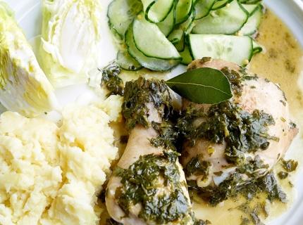 Cocotte de volaille au persil, écrasée de pommes de terre et salade de concombre mariné