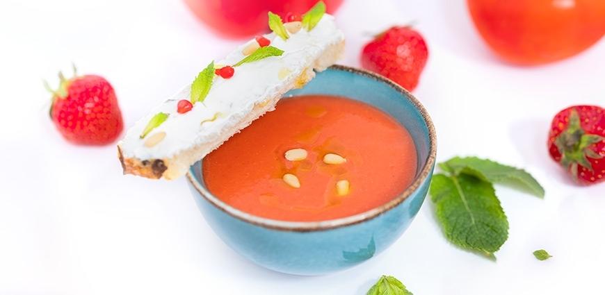 Gaspacho de poivrons, fraises et tomates accompagné d'une bruschetta chèvre miel