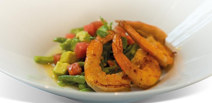 Salade de crevettes, haricots, pêche et pastèque