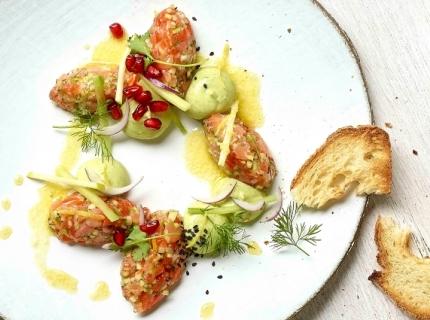 Tartare de duo de saumon, crème d'avocat et huile de raifort
