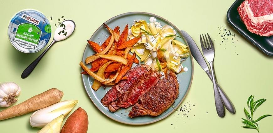 Entrecôte irlandaise aux frites de patates douces et de racines de persil, salade de chicons au yaourt