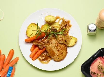 Côtes de porc aux oignons, pommes de terre et carottes rôties