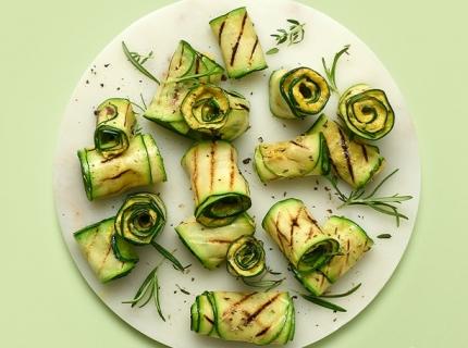 Cannellonis de courgettes froids farcis aux houmous de béarnaise et vinaigrette au citron