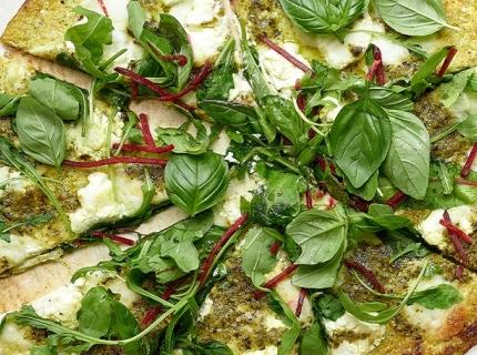 Pizza bianca de chou-fleur et courgette au pesto