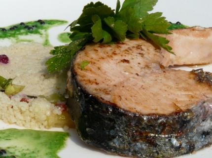 Darne de saumon, sauce au persil plat et taboulé