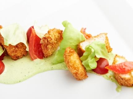 Lamelles de poulet croustillantes tomates confites et vinaigrette au basilic