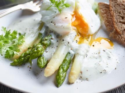 Duo d'asperges, œuf poché et émulsion au bleu