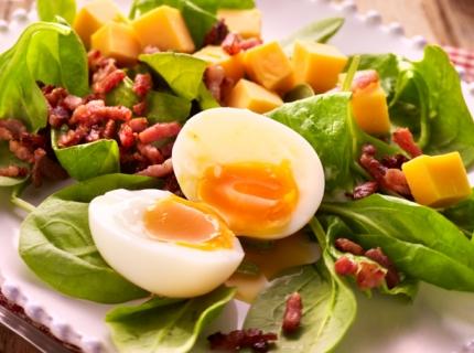 Salade aux œufs mollets