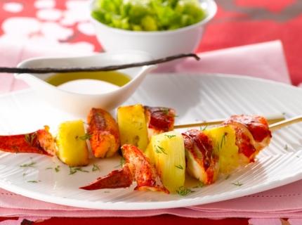 Petites brochettes de homard à l'ananas, vinaigrette à la vanille