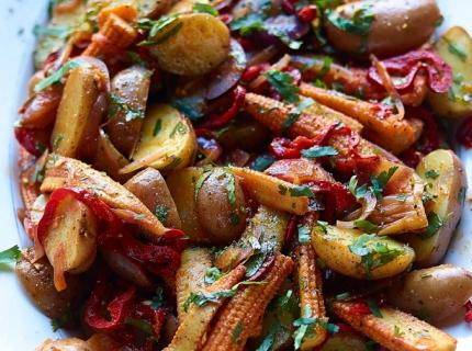Salade de pommes de terre rouges, minimaïs, poivron rouge, oignons rouges, coriandre et épices tex-mex